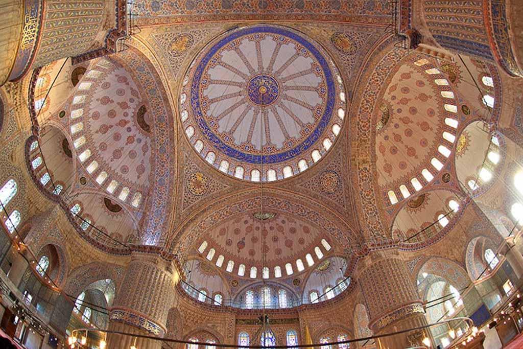 Interior de la mezquita azul en Estambul