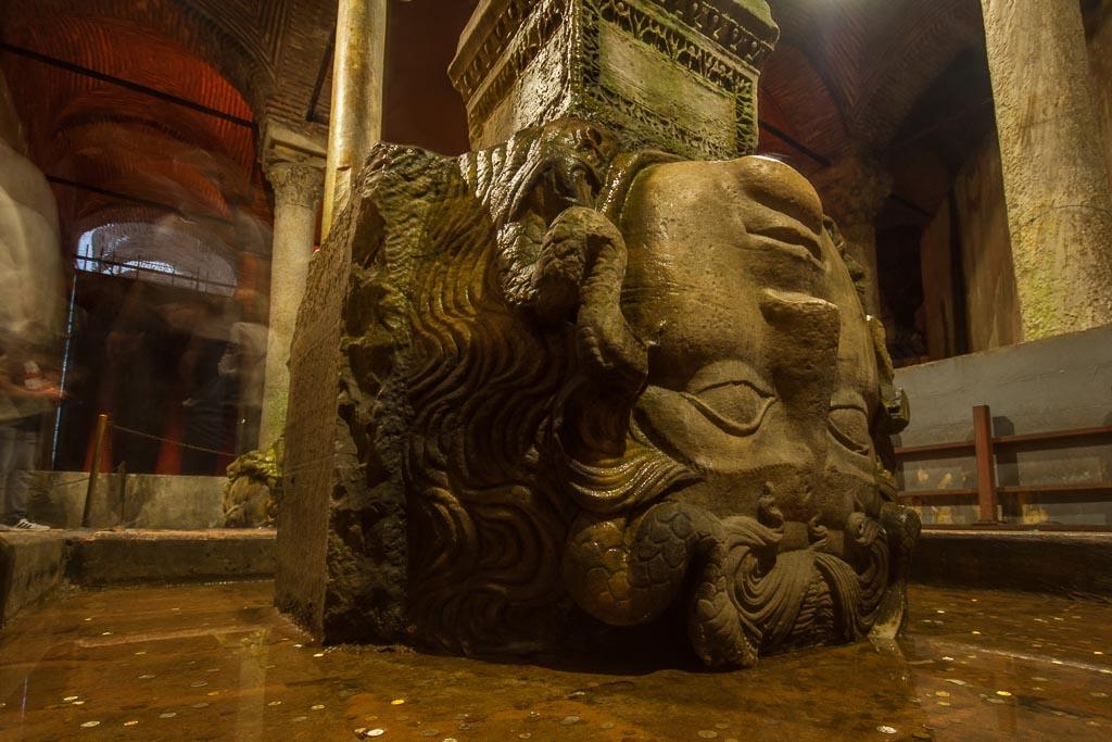 cabeza de medusa en el interior de la cisterna basílica